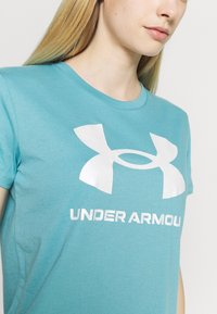 Under Armour - LIVE SPORTSTYLE GRAPHIC - T-shirts med print - cosmos - 4