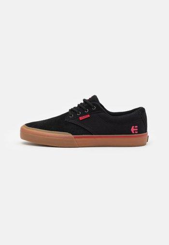 JAMESON - Skateskor - black/red