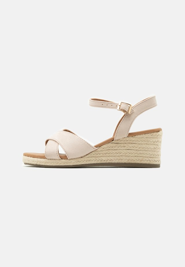 WIDE FIT YABBY CROSS VAMP LOW WEDGE - Espadryle - oatmeal
