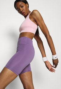 Nike Performance - FEMME ONE SHORT  - Tights - amethyst smoke/metallic gold - 3