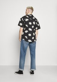 Mennace - DAISY PRINT REVERE SHIRT - Shirt - black - 2