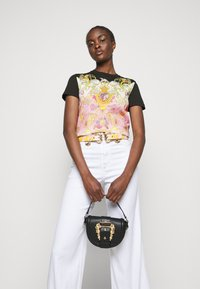 Versace Jeans Couture - LADY - Print T-shirt - black/pink - 3