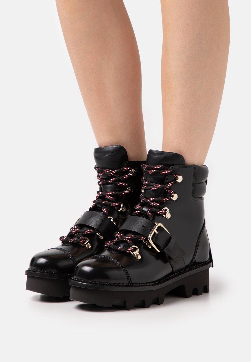 Red V - COMBAT BOOT - Kotníkové boty na platformě - nero
