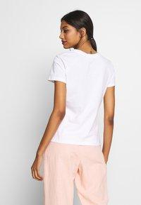 Calvin Klein - SLIM FIT METALLIC LOGO TEE - Print T-shirt - off-white - 2
