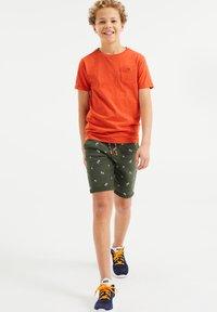 WE Fashion - MET PALMBOOMOPDRUK - Shorts - army green - 0