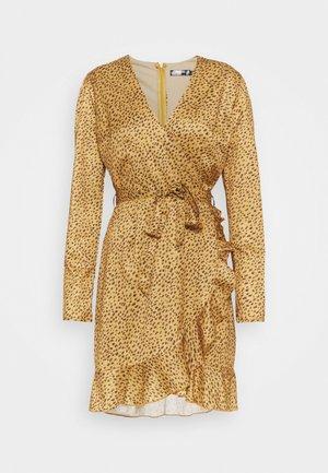 WRAP FRONT FRILL HEM BELTED SKATER DRESS - Denní šaty - mustard