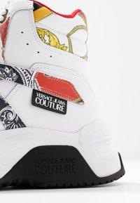 Versace Jeans Couture - Sneakers alte - bianco ottico - 5