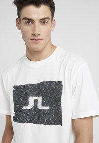 J.LINDEBERG - JORDAN DISTINCT  - Print T-shirt - white/black - 4