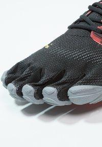 Vibram Fivefingers - Chaussures d'entraînement et de fitness - black/coral/grey - 5
