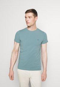Tommy Hilfiger - STRETCH SLIM FIT TEE - Basic T-shirt - lofty blue - 0