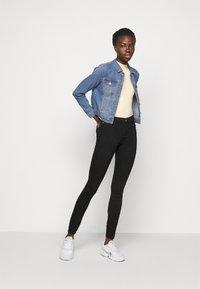 Vero Moda Tall - VMFAITH SLIM JACKET MIX - Džínová bunda - medium blue denim - 1
