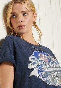 Superdry - T-shirt imprimé - lauren navy - 1