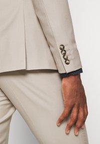 Isaac Dewhirst - THE FASHION SUIT PEAK - Suit - beige - 12