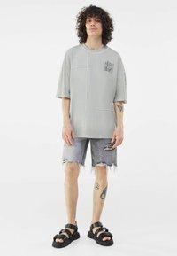 Bershka - Print T-shirt - grey - 0