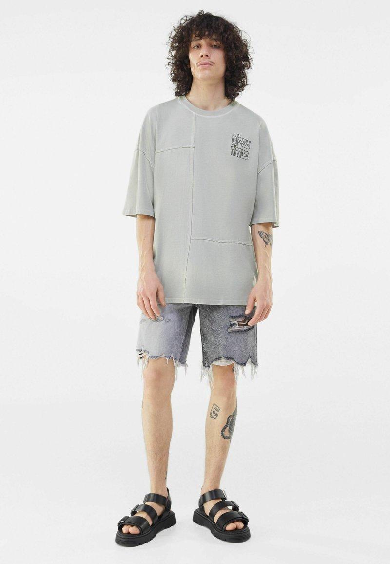 Bershka - Print T-shirt - grey