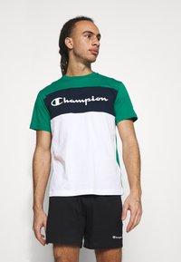 Champion - CREWNECK - T-shirt med print - green/white/navy - 3