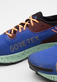Nike Performance - PEGASUS TRAIL 2 GTX - Chaussures de running - mystic dates/laser orange/astronomy blue/black/total orange/pistachio frost - 5