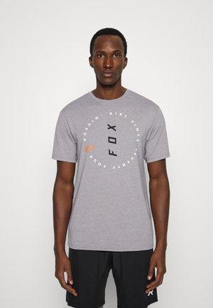 CLEAN UP TECH TEE - T-shirt print - grey
