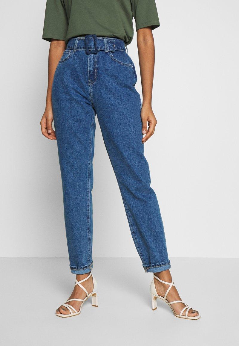 Noisy May - NMISABEL BELT MOM  - Jeans relaxed fit - medium blue denim