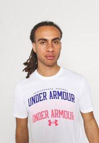 Under Armour - MULTI COLOR COLLEGIATE - Camiseta estampada - white - 3