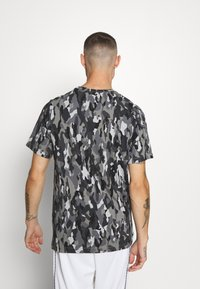 Nike Sportswear - TEE CLUB - T-shirt med print - smoke grey/cool grey/iron grey/white - 2