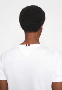 Tommy Hilfiger - NEW LOGO TEE - T-shirt con stampa - white - 4