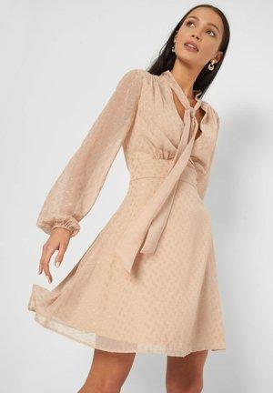 MIT PUNKTEN - Day dress - desert beige