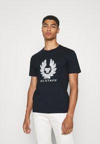 Belstaff - COTELAND - Print T-shirt - dark ink/off white - 0