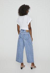 PULL&BEAR - MIT ZIERRISSEN - Široké džíny - light blue - 2