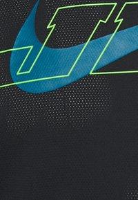 Nike Performance - T-shirt print - black/green abyss - 5