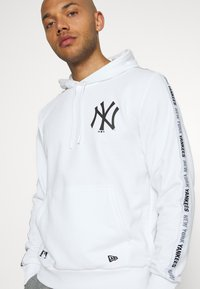 New Era - MLB TAPING HOODY NEW YORK YANKEES - Club wear - white - 3