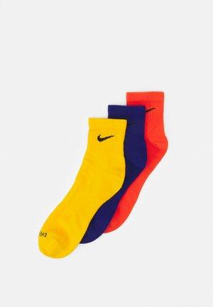 EVERYDAY PLUS ANKLE 3 PACK UNISEX - Sports socks - orange/deep royal blue/university gold