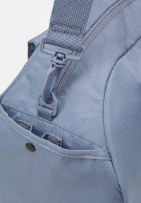 Nike Performance - GYM CLUB  - Sportovní taška - ashen slate/(white) - 5