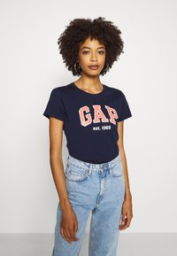GAP - OUTLINE TEE - T-shirt z nadrukiem - navy uniform - 3