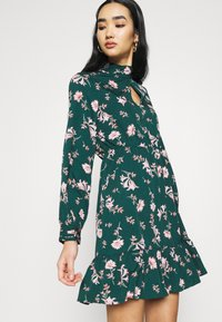 Vero Moda - VMROBIN SHORT DRESS - Vestito estivo - ponderosa pine/robin flower - 3