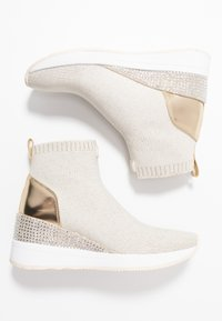 MICHAEL Michael Kors - SKYLER - Ankle boots - ecru/gold - 3