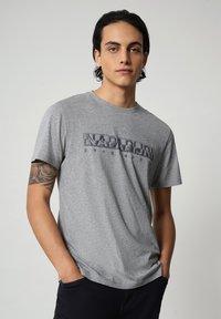 Napapijri - SALLAR - Print T-shirt - medium grey melange - 0