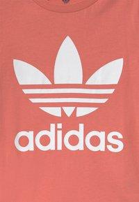 adidas Originals - TREFOIL - Camiseta estampada - hazy rose/white - 2