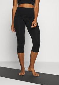 Filippa K - CROPPED SEAMLESS LEGGING - 3/4 sportovní kalhoty - black - 0