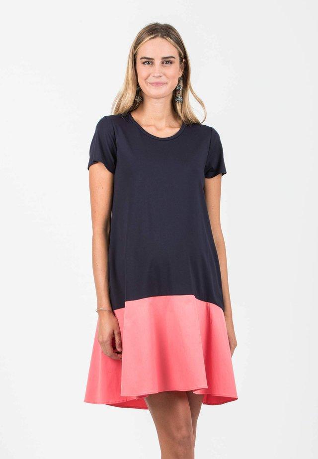 CAMILLA - Korte jurk - contrast coral