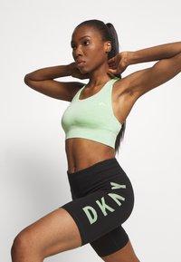 DKNY - STRIPED LOGO HIGH WAIST BIKE SHORT - Leggings - black/pistachio - 3