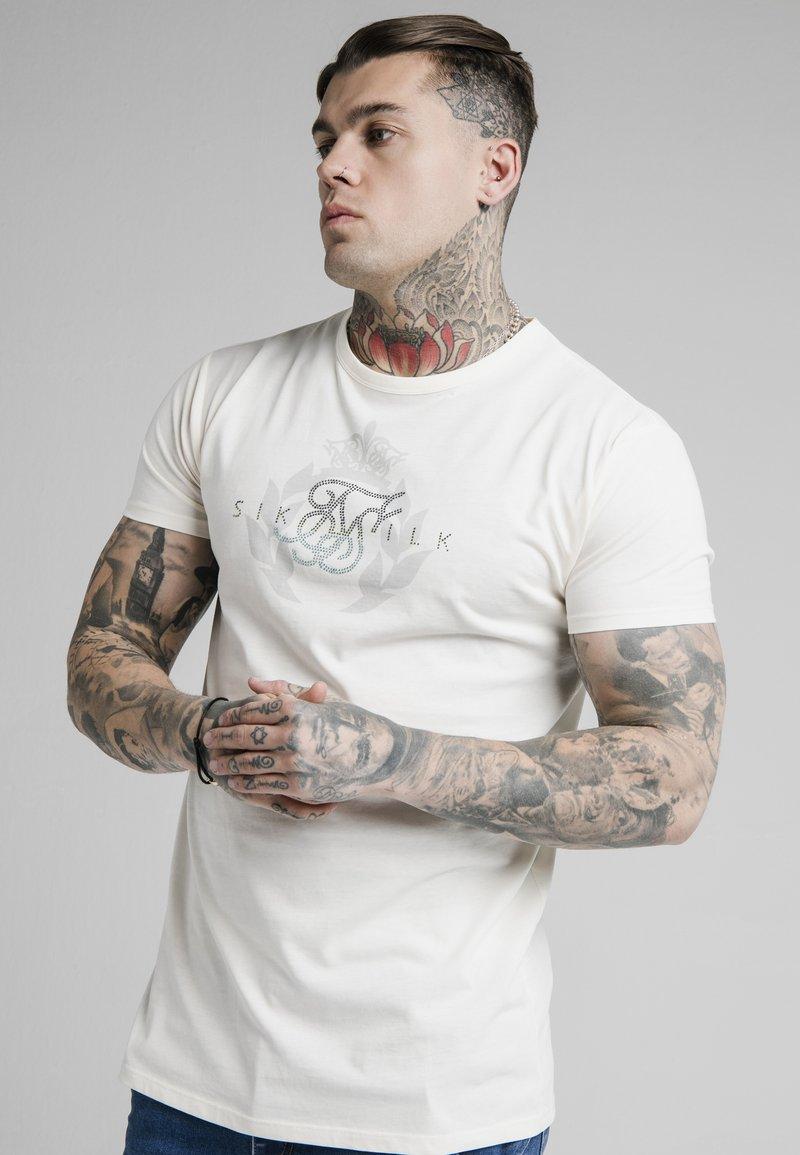 SIKSILK - FADE RHINE STONE BOX TEE - T-shirt med print - off-white