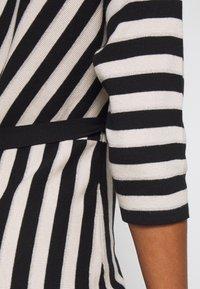 comma - DRESS - Pletené šaty - black - 5