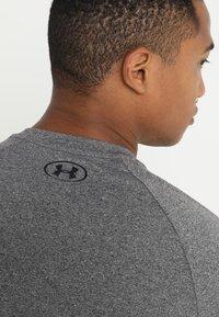 Under Armour - HEATGEAR TECH  - Camiseta estampada - charcoal light heather/black - 5