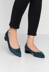 Peter Kaiser - DRINA - Classic heels - lake/schwarz evenly - 0