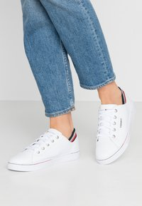 Tommy Hilfiger - GLITTER DETAIL CITY SNEAKER - Trainers - white - 0
