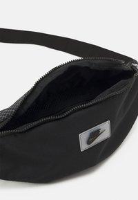 Nike Sportswear - HERITAGE UNISEX - Ledvinka - black/white - 2