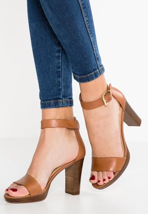LEATHER HEELED SANDALS - Sandalias de tacón - cognac