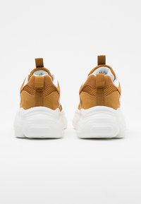 NA-KD - REFLECTIVE DETAIL TRAINERS - Joggesko - cognac - 3