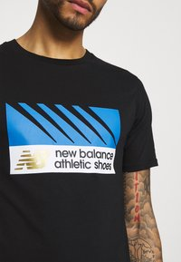 New Balance - ATHLETICS VILLAGE TEE - Print T-shirt - black - 3
